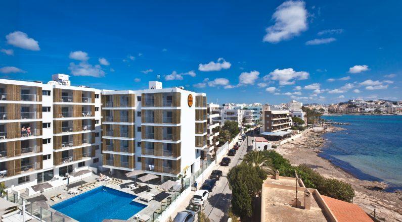 Hotel Ryans Ibiza vistas a mar, piscina y terraza.