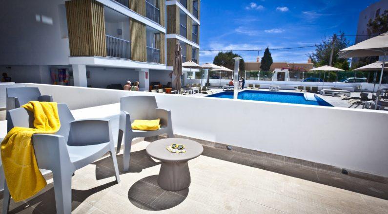 Terraza y piscina Hotel Ryans Ibiza