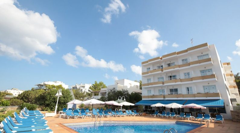 Facha hotel desde la piscina